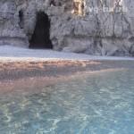 пляж с пещерой